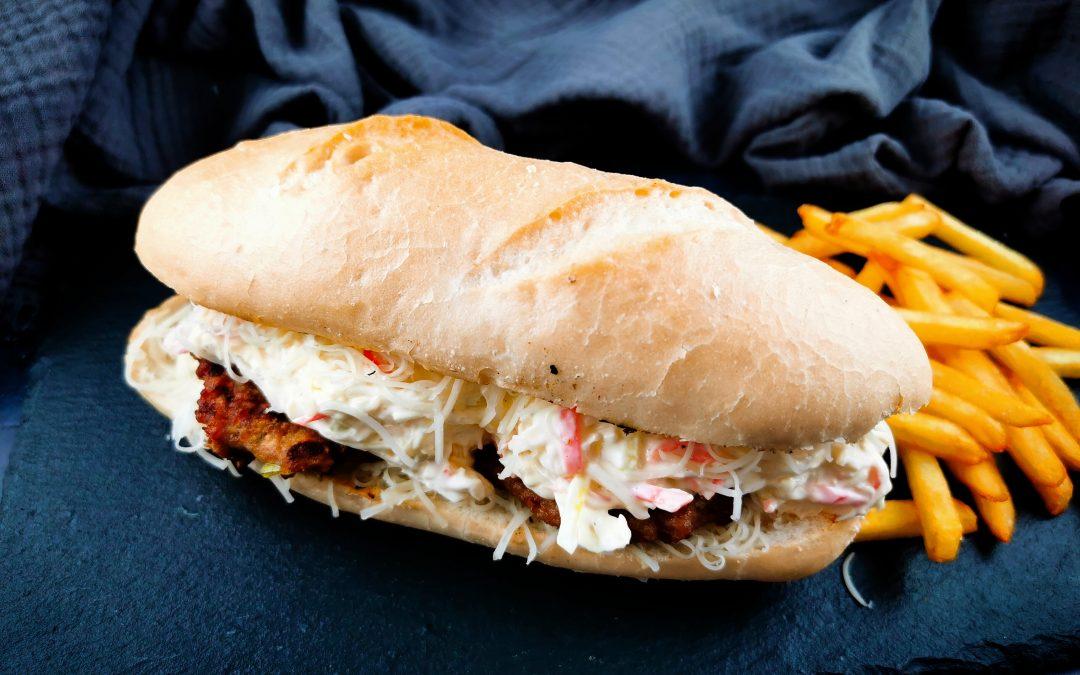 Húspogácsás szendvics, majonézes káposztasalátával